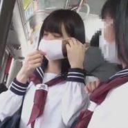 ガーゼマスクを着け直す花粉症のセーラー服女子校生