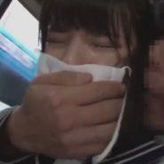 痴漢にマスクの上から手で口を塞がれるセーラー服の女子校生