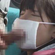 マスクをした女子校生の口にチンコを押し付ける