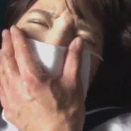 顔に精子をかけられマスクを着けられた女子校生の口をマスクの上から手で塞ぐ
