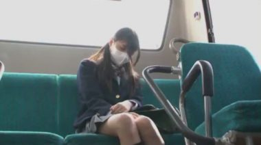 風邪で立体マスクをしたブレザー制服の女子校生