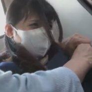 痴漢をされ嫌がる立体マスクの風邪ひき女子校生