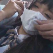 痴漢が無理やり女子校生の顔にマスクを着ける