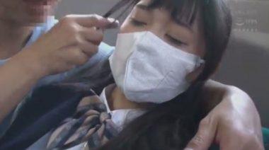 シワシワになってくたびれた立体マスクを着ける女子校生