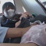 痴漢にパンツの中に手を入れられ陰部をいじられるマスクをした女子校生