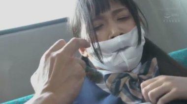 痴漢にマスクの上から口に指をつっこまれマスクが凹み窪んでいる女子校生の画像