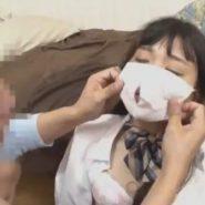 制服女子校生が着けているマスクの口の部分に穴を開ける
