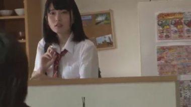 Yシャツにネクタイ姿の制服の女子校生