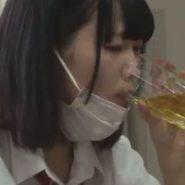 マスクをアゴにずらしてお茶を飲む制服の女子校生の画像