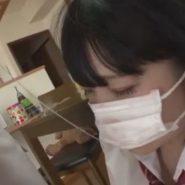 マスクの下の口から糸をひくフェラをさせられた女の子