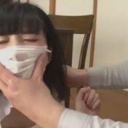 精子まみれにされた女子校生の顔にマスクを被せるレイプ魔