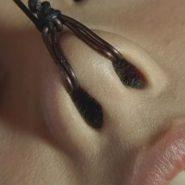 鼻フックをされ鼻の穴丸見えになった美少女の鼻毛画像