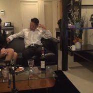 彼氏と彼女がワインを飲みながら談笑する光景