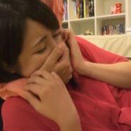女の子が口を手で塞がれるDIDのマニアックAVのシーン