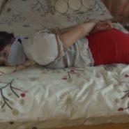 ベッドの上で鼻上被せ猿轡とホッグタイで緊縛された女性