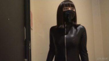 革のキャットスーツを着て黒覆面をした女強盗の辻井ゆう