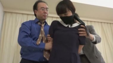 猿轡をされ警察に連行される女覆面強盗の辻井ゆう
