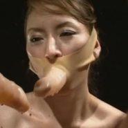 ディルドマスクを装着したレズビアンの卑猥な口