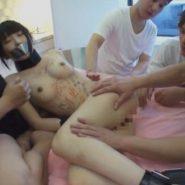 複数の大人たちに陵辱される猿轡と拘束されたロリ系美少女