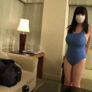 むっちり巨乳な人妻がピタピタの水着に身を包む