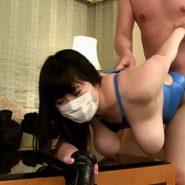 水着を着たままバックで生ハメされるマスクと巨乳の人妻
