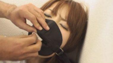 マスクのファスナーを開けクロロホルムの染み込んだガーゼを中に入れられる