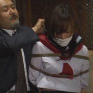 縛られ口被せの猿ぐつわをされるセーラー服の女子校生