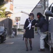女子校生が車に拉致され誘拐・監禁されるシーン