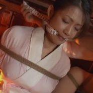 襦袢姿で緊縛され豆絞りの噛ませ猿轡をされる熟女