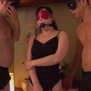 目隠しと猿轡をつけられた熟女が男達に拘束調教される