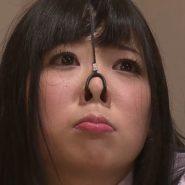 鼻フックをされた綾瀬ゆい