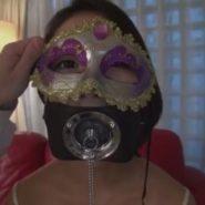 仮面と開口マスクを着けられたアナル奴隷の美女