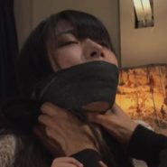 猿轡をして首を締め窒息プレイ