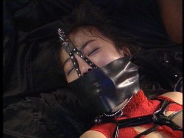 ボディコンボンデージで開口マスクと猿轡をされた美女