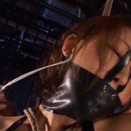 ラバーマスクで口をふさがれたマゾ女の麻生岬