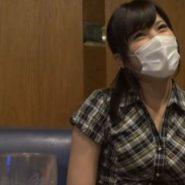 合コン中のマスクで顔を隠した早川瑞希の画像