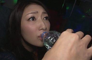 媚薬を飲まされる巨乳美熟女・小早川怜子