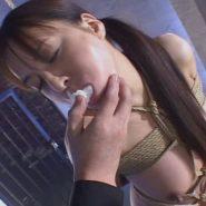 口に詰め物をされる縛られた巨乳熟女