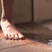 新妻のお漏らし・放尿で出来たおしっこの水たまり