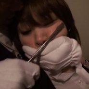 レイプ魔に手で口を塞がれる女性被害者