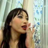 ケバメイクでタバコを喫煙する神納花・菅野しずか