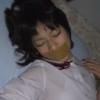 眠っている美少女が口にガムテープを貼られている