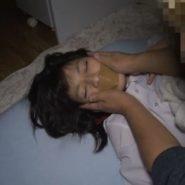 眠ってる美少女の口にガムテープを貼る