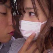 マスクの上からキスを迫られる若妻
