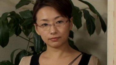 眼鏡の美熟女(ながえスタイルのエロ動画)