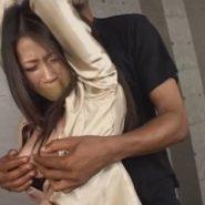 サテンシャツの巨乳熟女を拘束監禁