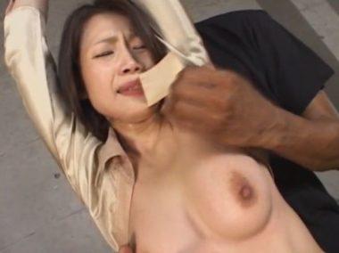 友田真希の口に貼ったガムテープを剥がすシーン