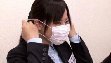 マスクをつける巨乳美女・紗理奈