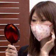 マスクの商品モニターで花柄マスクをする美人