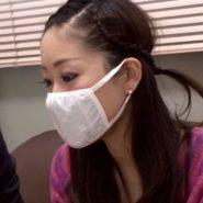 白い布マスクをするマスク美人モデル